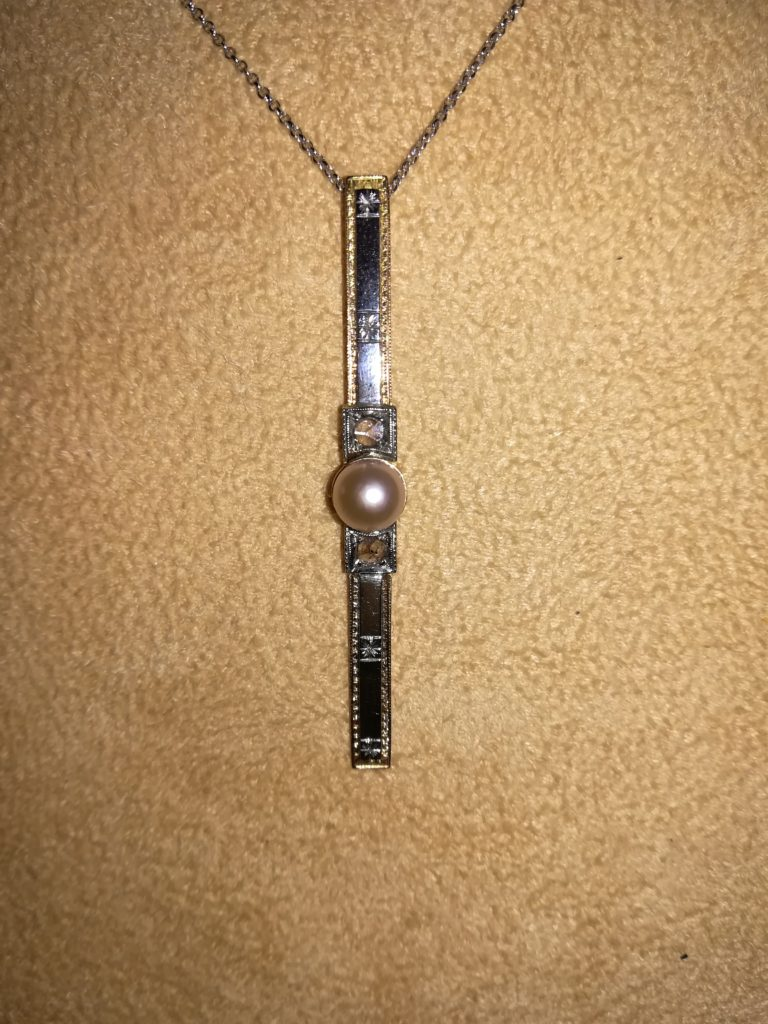 Gioiello d'epoca barretta con diamanti e perla