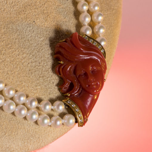 Centrale corallo inciso a mano con diamanti e perle