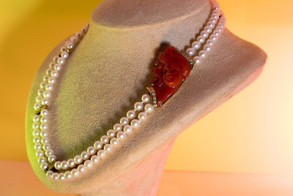 Collana di perle con cammeo in corallo e diamanti